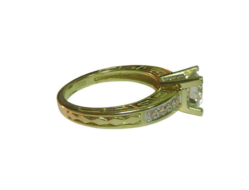 Кольцо Афины, желтое золото, сверху фианит бриллиантовой огранки, греческий узор на шинке
